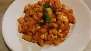 Gnocchie alla Sorrentina - Kartoffelnudeln in Tomatensoße mit Büffelmozzarella